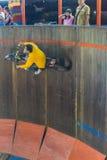 Подъем и бег мотоцикла на стене круга Стоковое Фото