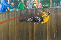 Подъем и бег мотоцикла на стене круга Стоковые Изображения
