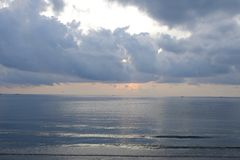 Подъем Солнця на море Таиланда стоковые фотографии rf