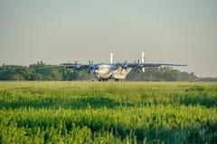 Подъем тяжелого воздушного судна Antey перехода на взлётно-посадочная дорожка Стоковое Изображение RF