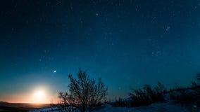 Подъем луны над ледовитым ландшафтом Стоковые Фотографии RF