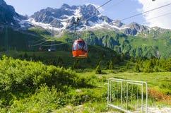 Подъем лыжи к верхней части горы на высоте 2400 метров в Альпах Стоковые Изображения