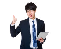 Польза бизнесмена таблетки и большого пальца руки вверх Стоковое Изображение RF