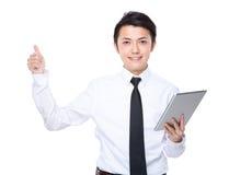 Польза бизнесмена цифровых таблетки и большого пальца руки вверх Стоковое Фото