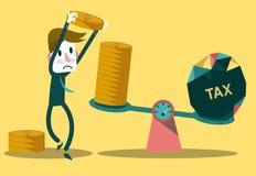 Польза бизнесмена чеканит балансировать с НАЛОГОМ на масштабах Стоковые Изображения