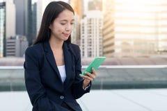 Польза бизнес-леди умного телефона в городе Стоковое Фото