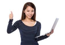 Польза женщины компьтер-книжки и большого пальца руки вверх Стоковая Фотография RF