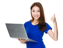 Польза женщины компьтер-книжки и большого пальца руки вверх Стоковое фото RF
