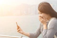 Польза женщины мобильного телефона стоковая фотография rf