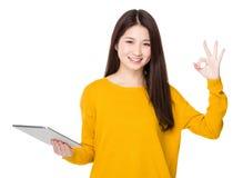 Польза женщины таблетки и одобренного знака Стоковое Изображение RF