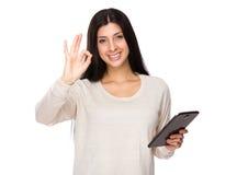 Польза женщины таблетки и одобренного знака Стоковое Изображение