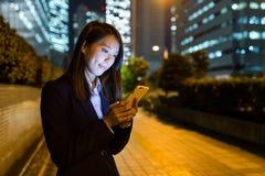 Польза коммерсантки мобильного телефона в городе токио Стоковая Фотография RF