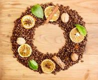 польза кофе предпосылки готовая Навалите зажаренные в духовке кофейные зерна в форме венка Стоковые Изображения RF