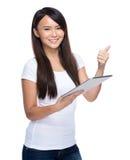 Польза молодой женщины цифровых таблетки и большого пальца руки вверх Стоковое Фото