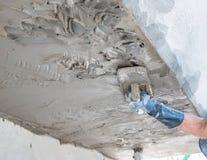Польза работника plasterize бетон потолка и стены Стоковые Фотографии RF