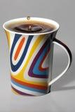 Кофейная чашка с цветастым падение на верхней части Стоковое Изображение RF
