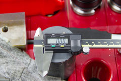 Польза цифров верньерная в фабрике Стоковое фото RF