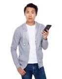 Польза человека мобильного телефона Стоковое фото RF
