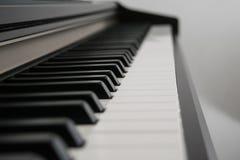 пользует ключом взгляд со стороны рояля Стоковое фото RF