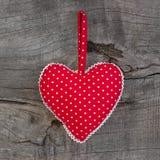 Полька поставила точки смертная казнь через повешение формы сердца на деревянной предпосылке для Вейл Стоковые Фотографии RF