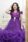 Польностью азиатская женщина в сногсшибательном платье лаванды стоковые фото