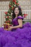 Польностью азиатская женщина в сочном платье сирени стоковые фотографии rf