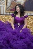Польностью азиатская женщина в сочном платье сирени стоковое изображение