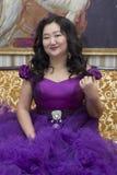 Польностью азиатская женщина в сочном платье сирени стоковое фото