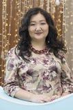Польностью азиатская женщина на предпосылке накалять освещает стоковое изображение rf