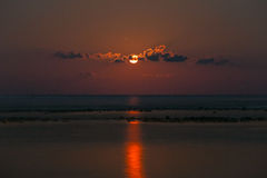 Польностью красная луна с отражением Стоковая Фотография