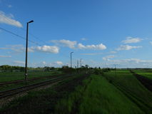 Польские железные дороги и славное голубое небо стоковое фото