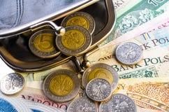 Польский злотый в черном портмоне и монетки на белой предпосылке Стоковая Фотография RF