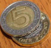 Польский злотый 5 na górze одной монетки английского фунта b Стоковое фото RF