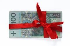 100 польских денег связанных при красная лента изолированная на белизне Стоковое Изображение