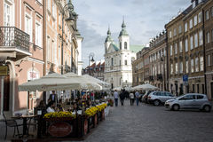 Польша - Варшава - 08 05 2015 - Люди ежедневной жизни городка Варшавы Польши романтичные старые Стоковое Изображение
