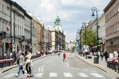 Польша Варшава - 08 05 2015 - Люди ежедневной жизни городка Варшавы Польши романтичные старые Стоковые Изображения