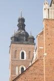 Польша, Краков, башни церков Mariacki St Mary, полдень Стоковое фото RF