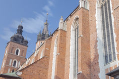 Польша, Краков, башни церков Mariacki St Mary, полдень Стоковое Изображение