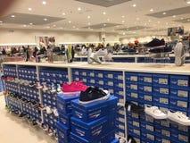 Польша, Slupsk: Интерьер магазина розничного торговца ботинка CCC Стоковые Фотографии RF