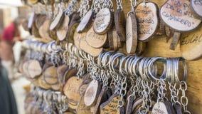 Подьячая, Handmade кольца для ключей с разнообразием people& x27; имена s, рука Стоковые Фото