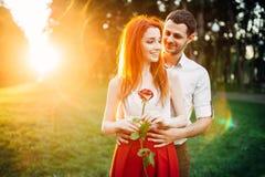 Полюбите объятия пар на заходе солнца, романтичной встрече Стоковое фото RF