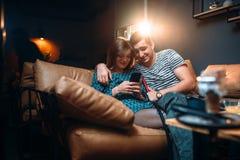 Полюбите отдых пар, релаксацию и закурите кальян Стоковая Фотография