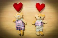 Полюбите пар на деревянном, концепции плюшевого медвежонка дня валентинки Стоковые Фото