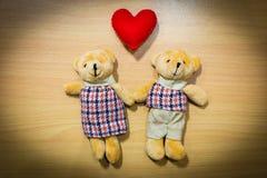 Полюбите пар на деревянном, концепции плюшевого медвежонка дня валентинки Стоковые Фотографии RF