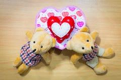 Полюбите пар на деревянном, концепции плюшевого медвежонка дня валентинки Стоковые Изображения RF