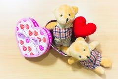 Полюбите пар на деревянном, концепции плюшевого медвежонка дня валентинки Стоковые Изображения