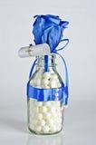Полюбите присутствующую розу сини в стеклянной бутылке стоковая фотография