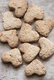 Полюбите сварить идею, печенья сердца на деревянной коричневой предпосылке Стоковая Фотография