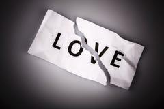 Полюбите слово написанное на сорванной бумаге - концепцию валентинок st стоковое фото