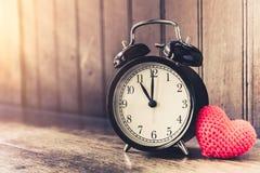 Полюбите часы винтажный тон приурочил часы ` 11 o Стоковые Фотографии RF